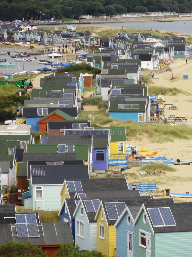 Las chozas de la playa en el escupitajo de Mudeford foto de archivo libre de regalías