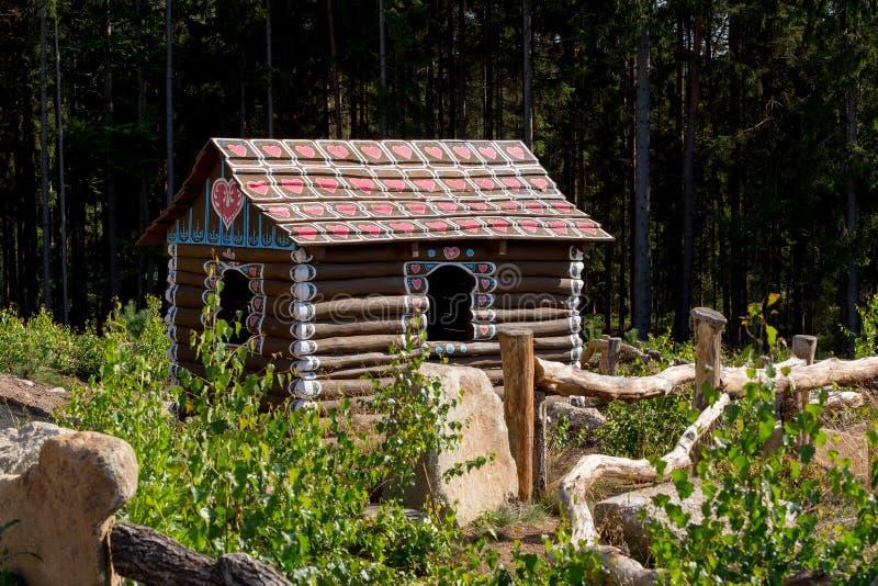Las chozas les gusta la casa de pan de jengibre en bosque fotografía de archivo libre de regalías