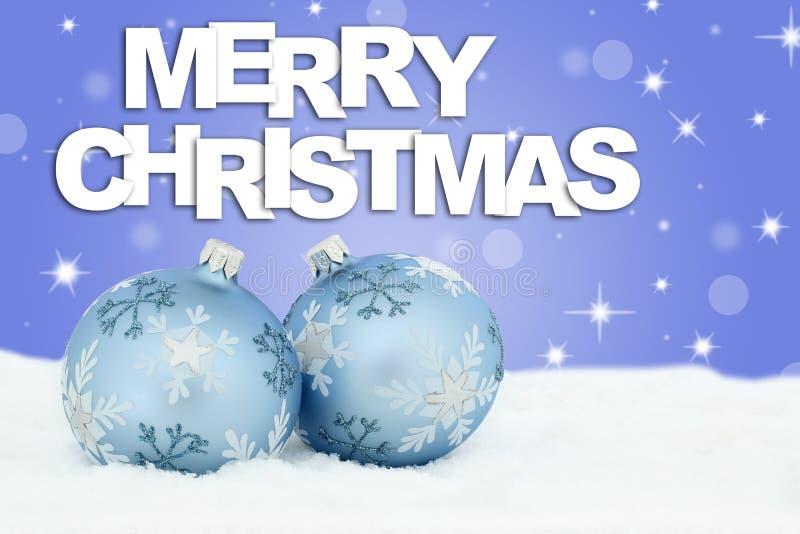 Las chucherías de las bolas de la tarjeta de la Feliz Navidad protagonizan nieve del fondo foto de archivo