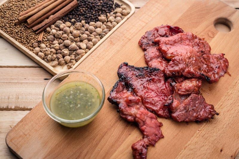 Las chuletas de cerdo asadas a la parrilla en miel dulce esmaltan, servido en el hierro SK de la parrilla foto de archivo libre de regalías