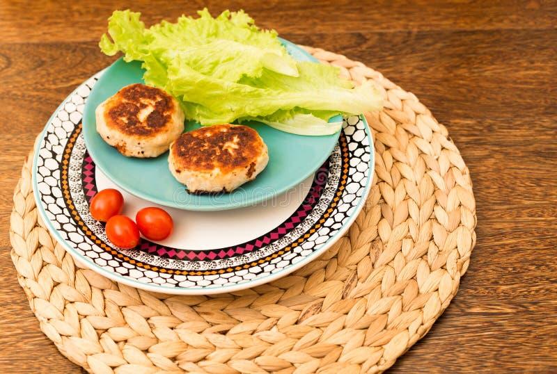 Las chuletas hechas en casa jugosas fortalecen, el cerdo, pollo en un fondo de madera El concepto de una dieta sana imagen de archivo libre de regalías