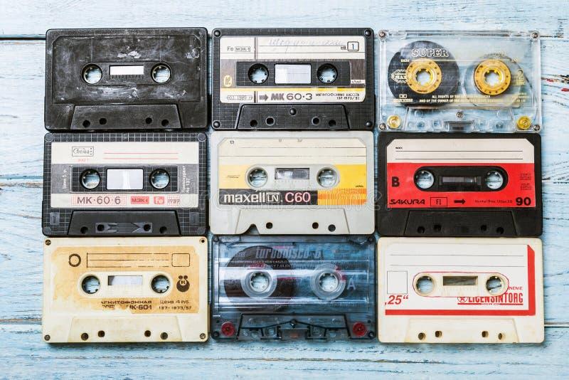 Las cintas de casete viejas sobre azul texturizaron la tabla de madera fotografía de archivo