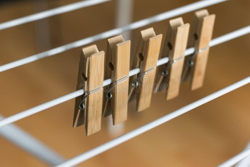 Las clavijas de madera de Brown de la fila acortaron el fondo de madera de Brown del Clotheshorse plegable imagen de archivo libre de regalías