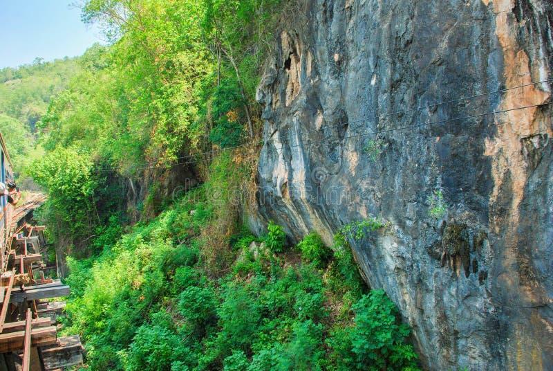 Las colinas de la piedra caliza de Kanchanaburi, Tailandia foto de archivo libre de regalías