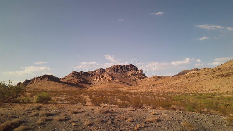 Las colinas de las nubes broncean el cepillo de Tejas de los arbustos fotos de archivo libres de regalías