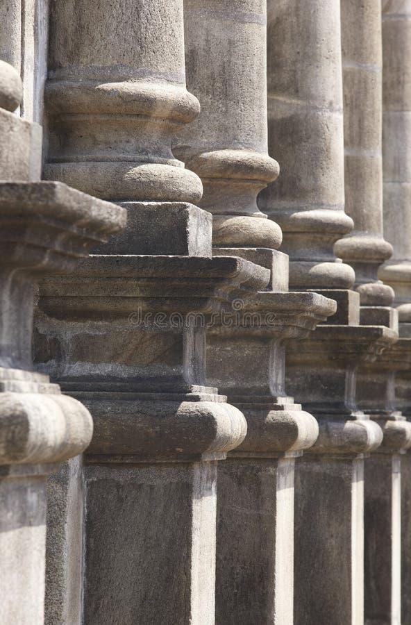 Las columnas de piedra clásicas en un chuch encantan el pórtico fotos de archivo libres de regalías