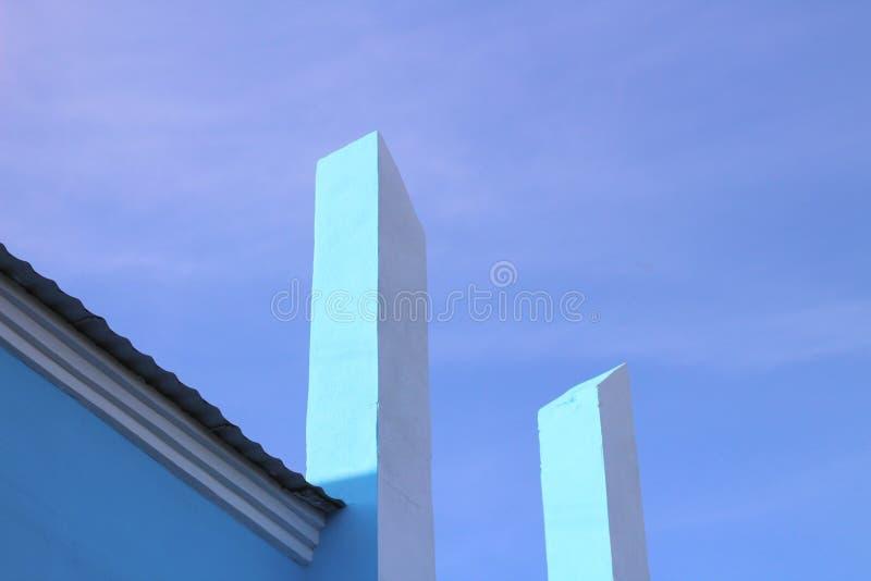 las columnas verticales blancas acometen en el cielo azul Foto moderna arquitectónica del extracto fotografía de archivo