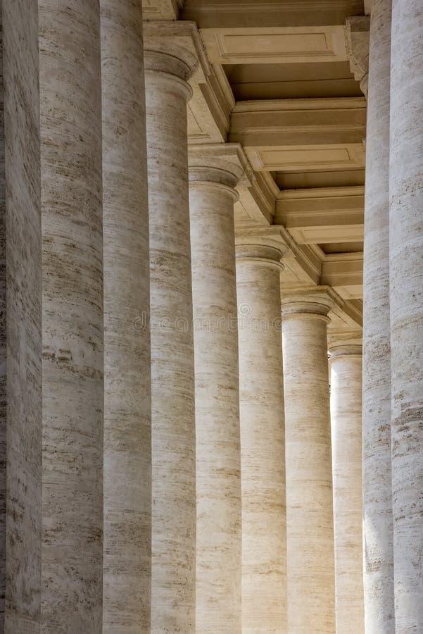 Las columnatas en el ` s de San Pietro St Peter de la plaza ajustan en la Ciudad del Vaticano imagenes de archivo