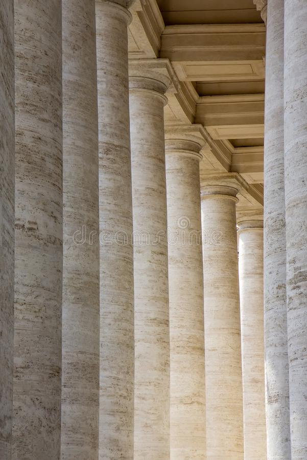 Las columnatas en el ` s de San Pietro St Peter de la plaza ajustan en la Ciudad del Vaticano foto de archivo