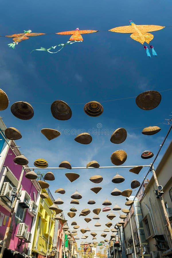 Las cometas y el 'Tudung hermosos y coloridos Saji' colgaron el centro de los edificios fotografía de archivo
