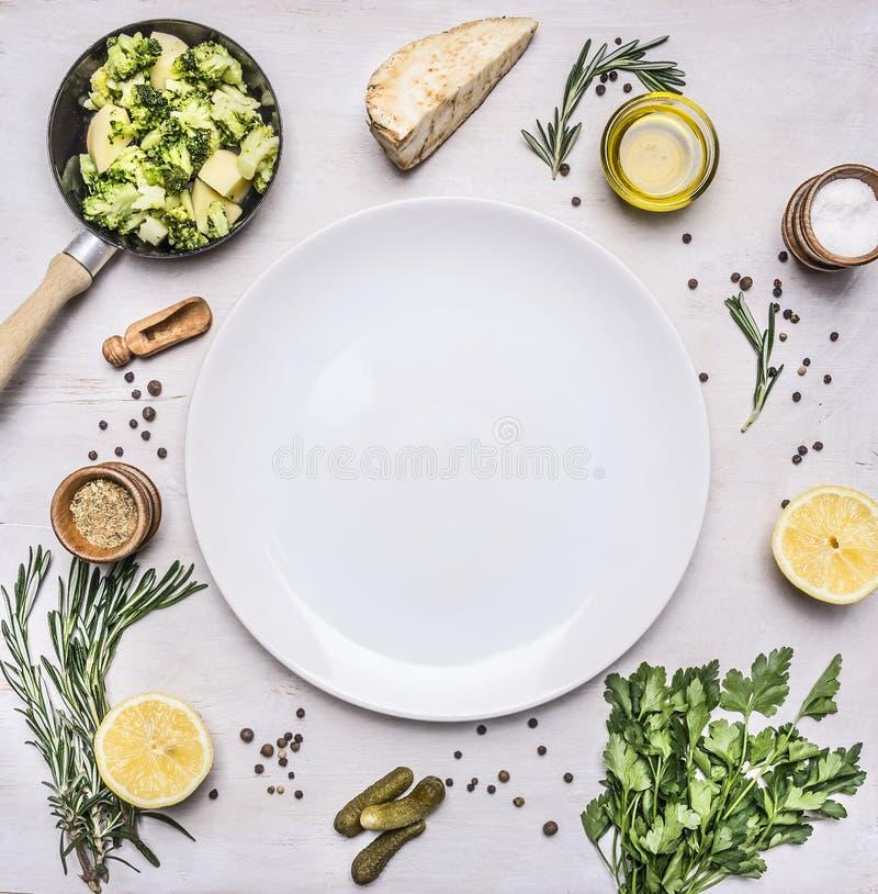 Las comidas vegetarianas sanas, bróculi brotan en un pequeños sartén, aceite y condimentos, texto del lugar del limón de las hier fotos de archivo