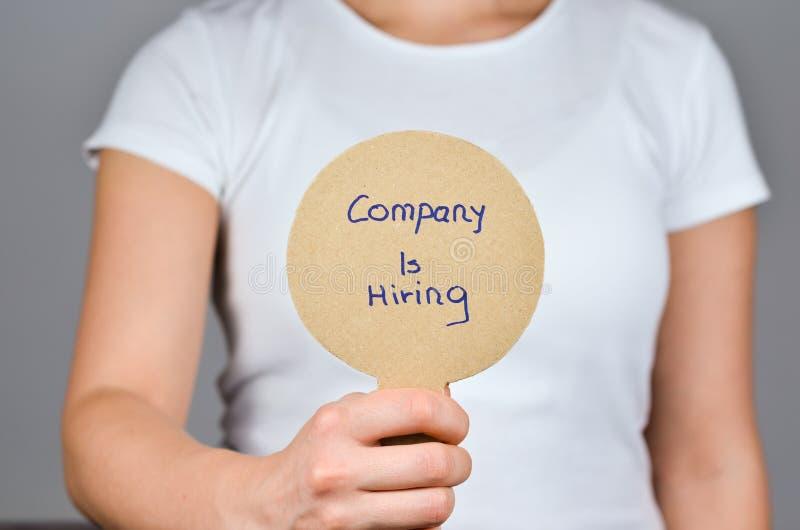 Las compa??as contratan a empleados hacen publicidad foto de archivo