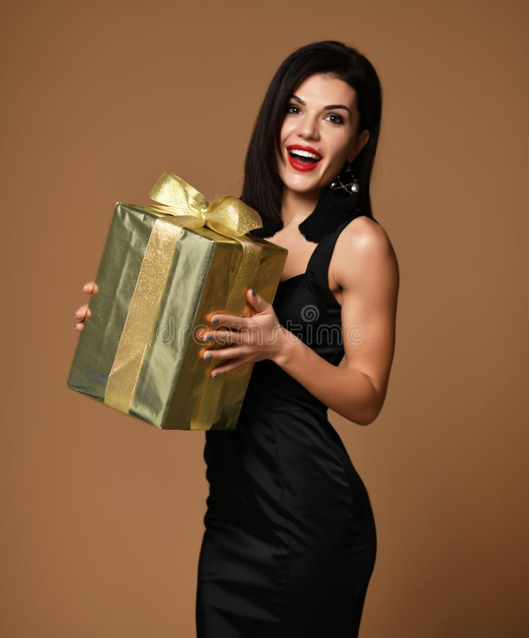 Las compras del oro del control de la mujer presentan la caja de regalo para día de San Valentín feliz o el cumpleaños en beige fotografía de archivo