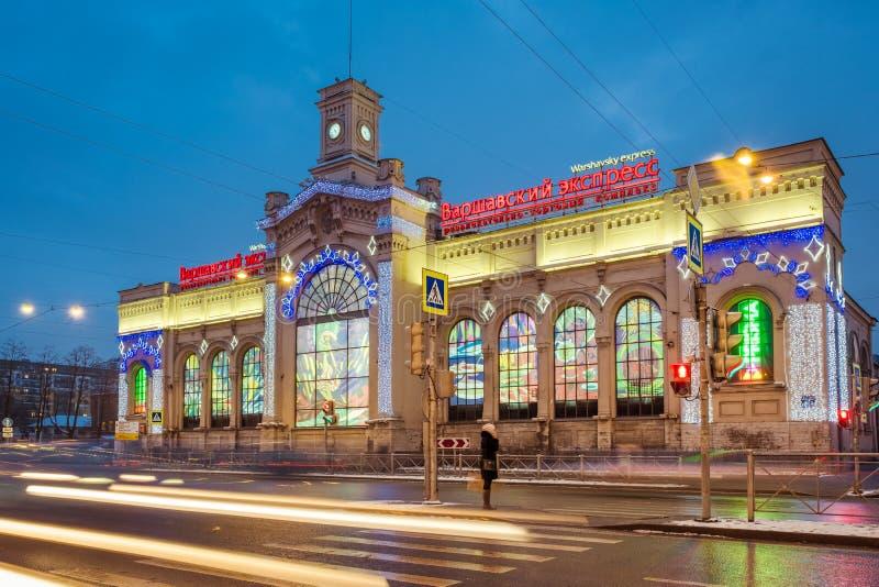 Las compras y el centro de entretenimiento Varsovia expresan en las decoraciones de la Navidad del Año Nuevo en St Petersburg Rus fotografía de archivo libre de regalías