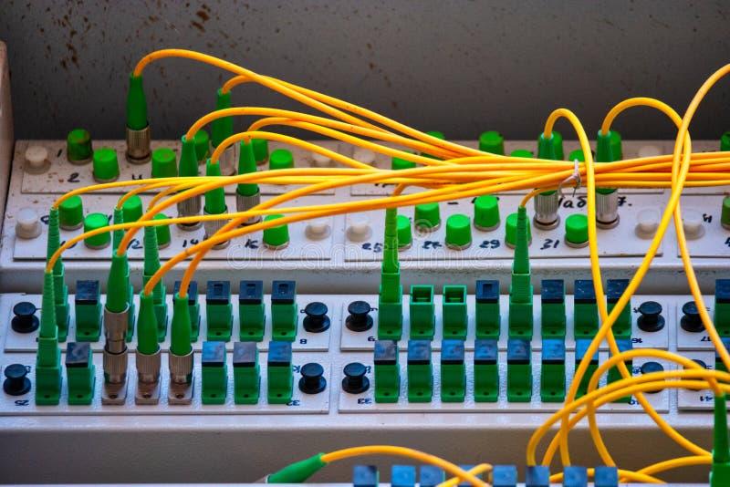 Las comunicaciones globales pueden ser difíciles Manojo de cordones de la fibra óptica dentro del interruptor imágenes de archivo libres de regalías