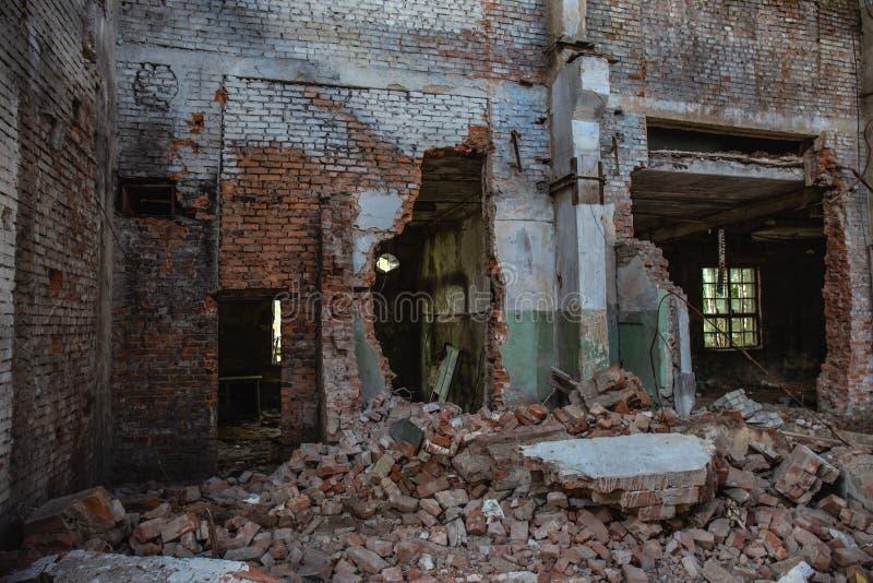 Las consecuencias del terremoto o de la guerra o el huracán o el otro desastre natural, roto arruinaron edificios industriales, l imagen de archivo