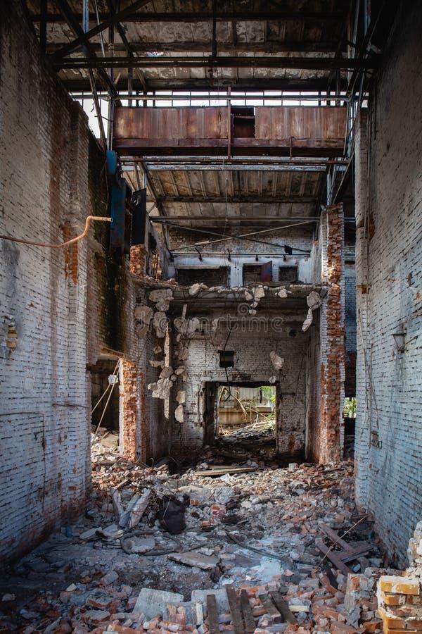 Las consecuencias del terremoto o de la guerra o el huracán o el otro desastre natural, roto arruinaron edificios industriales, l fotos de archivo