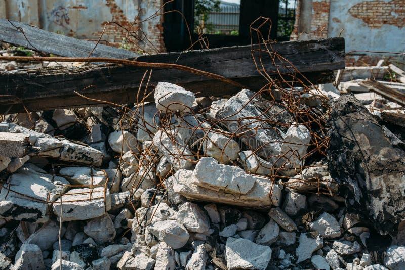 Las consecuencias o el huracán o el otro desastre natural, edificios arruinados quebrados, píldoras del terremoto o de la guerra  fotos de archivo