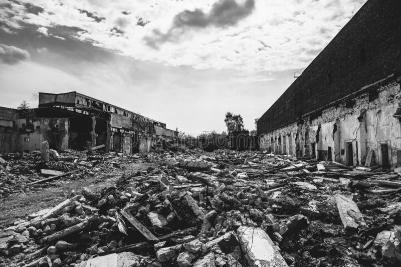 Las consecuencias o el huracán o el otro desastre natural, edificios arruinados quebrados, píldoras del terremoto o de la guerra  imagen de archivo