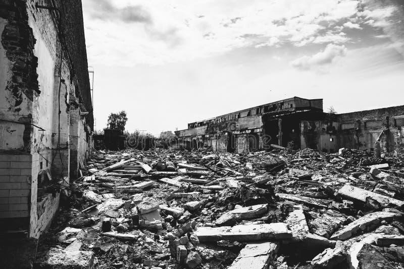 Las consecuencias o el huracán o el otro desastre natural, edificios arruinados quebrados, píldoras del terremoto o de la guerra  fotografía de archivo