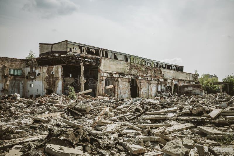 Las consecuencias o el huracán o el otro desastre natural, edificios arruinados quebrados, píldoras del terremoto o de la guerra  imagenes de archivo