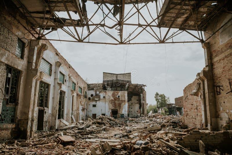 Las consecuencias o el huracán o el otro desastre natural, edificios arruinados quebrados, píldoras del terremoto o de la guerra  foto de archivo libre de regalías