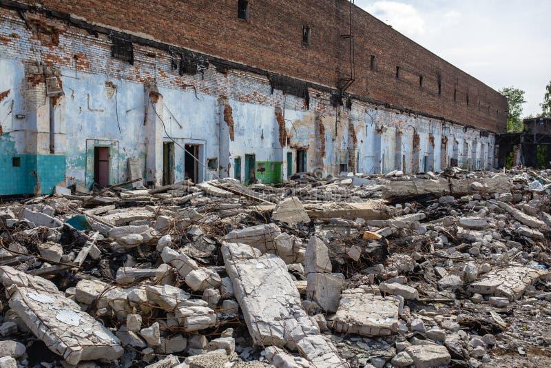 Las consecuencias o el huracán o el otro desastre natural, edificios arruinados quebrados, píldoras del terremoto o de la guerra  fotografía de archivo libre de regalías
