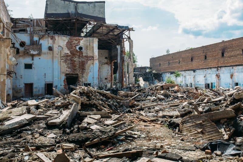 Las consecuencias o el huracán o el otro desastre natural, edificios arruinados quebrados, píldoras del terremoto o de la guerra  imágenes de archivo libres de regalías