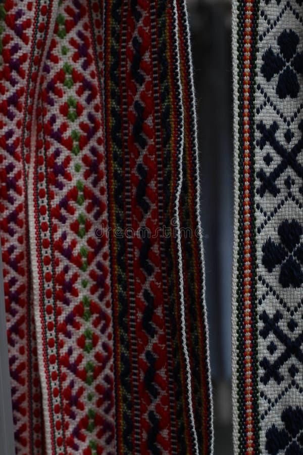 Las correas letonas tradicionales son correas se hacen con el hilado, artefactos preciosos, variedad de colores, diferente en reg imágenes de archivo libres de regalías
