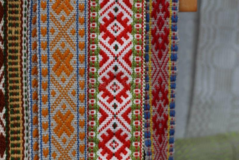 Las correas letonas tradicionales son correas se hacen con el hilado, artefactos preciosos, variedad de colores, diferente en reg imagen de archivo libre de regalías