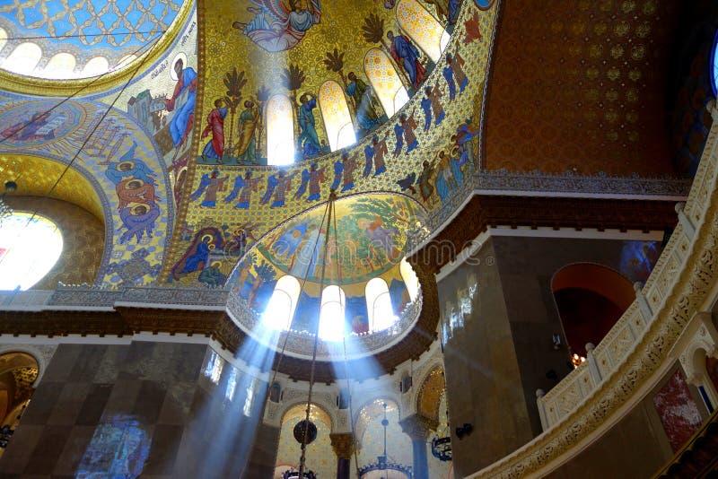 Las corrientes de la luz iluminan el interior de la catedral naval foto de archivo libre de regalías