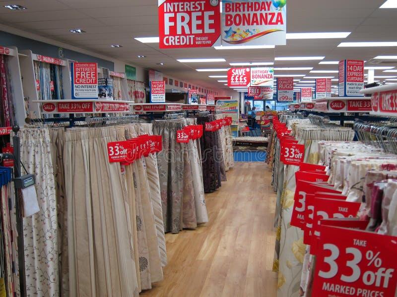 Las cortinas o cubren para la venta en una tienda. fotos de archivo