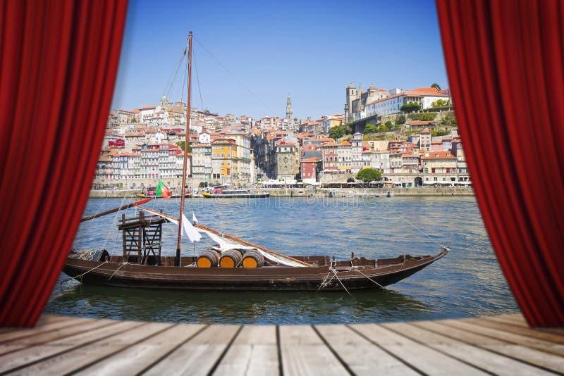 Las cortinas rojas del teatro abierto contra los barcos de madera portugueses típicos, llamaron imagen de archivo libre de regalías