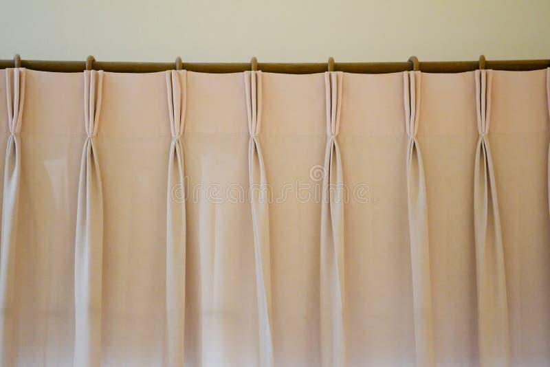 Las cortinas rosadas con la cortina del carril del anillo-top foto de archivo libre de regalías