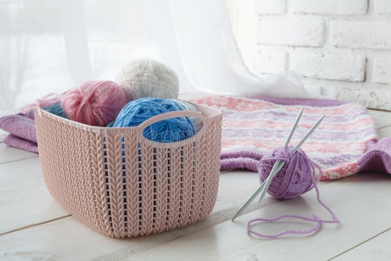 Las cosas de Knitten con los organizadores caseros colorearon cestas con el handmad imagen de archivo