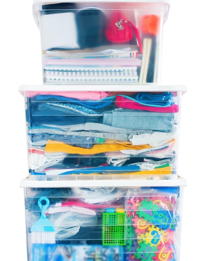 Las cosas embalaron la torre de las cajas del envase de plástico imagenes de archivo