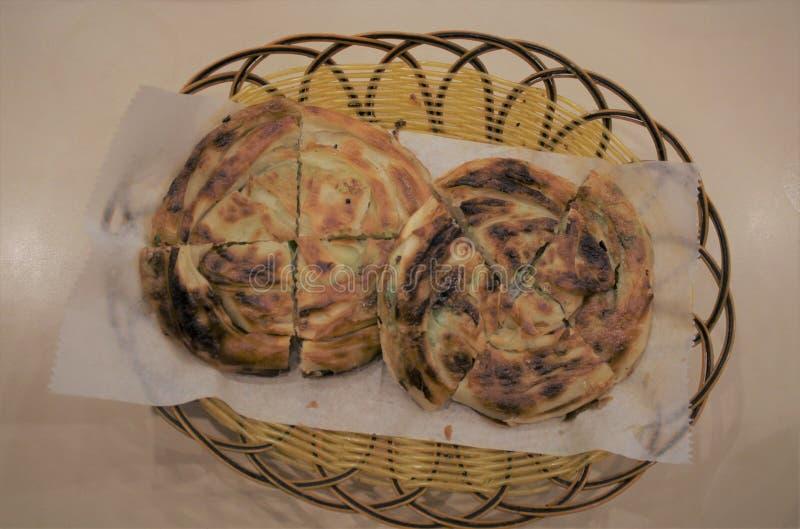 Las crepes chinas de la cebolleta se sientan en una cesta imagen de archivo libre de regalías