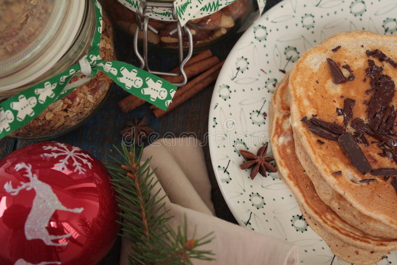 Las crepes de la Navidad del trigo integral flour con el chocolate y la mantequilla, nueces, muesli, leche nutritivo, sano, imagen de archivo