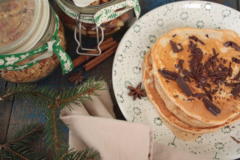 Las crepes de la Navidad del trigo integral flour con el chocolate y la mantequilla, nueces, muesli, leche nutritivo, sano, imagen de archivo libre de regalías