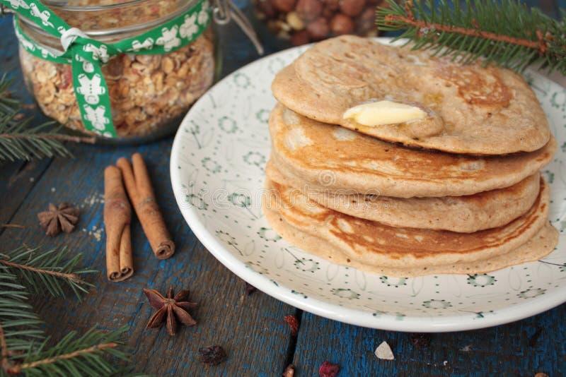 Las crepes de la Navidad del trigo integral flour con el chocolate y la mantequilla, nueces, muesli, leche nutritivo, sano, fotografía de archivo libre de regalías