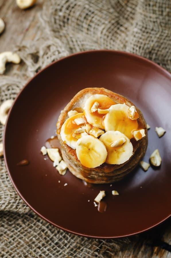 Las crepes del anacardo del plátano con los plátanos y el caramelo salado sauce foto de archivo libre de regalías