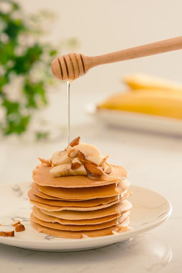 Las crepes del anacardo del plátano con los plátanos y el caramelo sauce imagenes de archivo