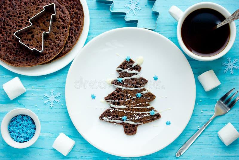 Las crepes del chocolate del árbol de navidad para los niños desayunan foto de archivo
