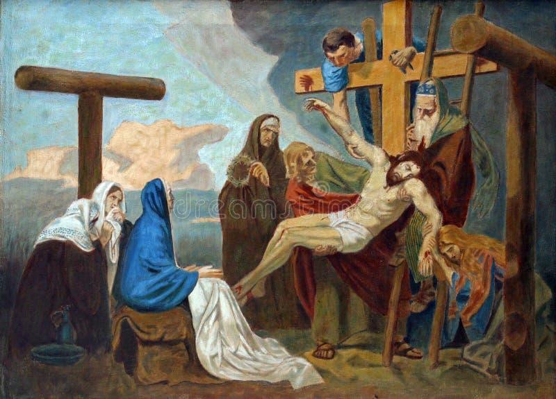 las décimotercero estaciones de la cruz, cuerpo de Jesús se quitan de la cruz foto de archivo