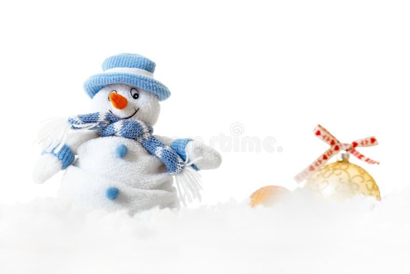 Las decoraciones aisladas de las bolas del muñeco de nieve y de Navidad en el fondo blanco, feliz casan concepto de la tarjeta de imagen de archivo libre de regalías
