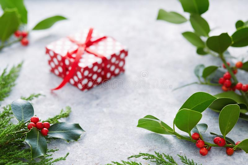 Las decoraciones de la Navidad, acebo se van con las bayas rojas imagen de archivo
