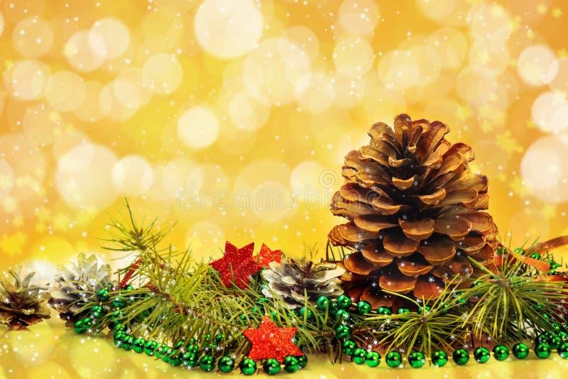 Las decoraciones de la Navidad cardan las estrellas blancas de la ramita spruce de los pinos del pino imágenes de archivo libres de regalías