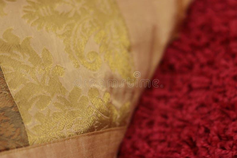 Las decoraciones de oro en una decoración soportan con la alfombra rosada debajo imagen de archivo libre de regalías