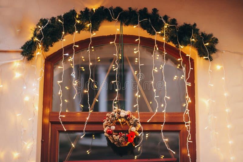Las decoraciones elegantes de la Navidad, guirnalda se encienden, la guirnalda moderna, fi imagen de archivo
