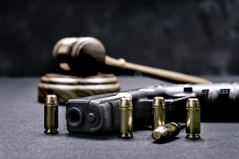 Las derechas del mazo y del arma imagen de archivo libre de regalías